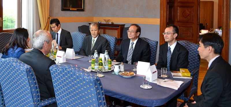 Illustration: Hochrangige Delegation aus Japan zu Besuch beim Obersten Gerichtshof