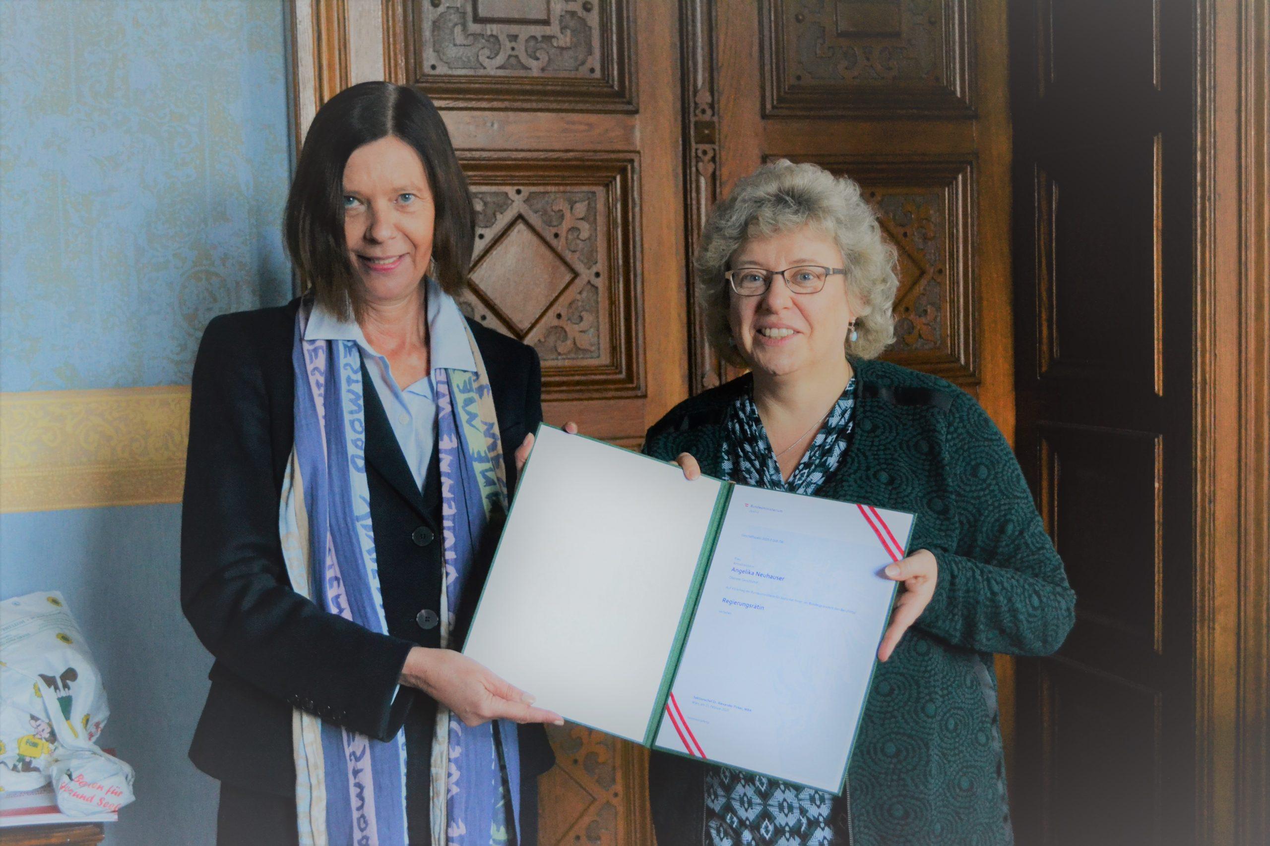 Hon.-Prof. Dr. Elisabeth Lovrek überreicht das Ernennungsdekret an Angelika Neuhauser.
