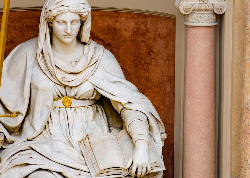 Statue der Justitia im Justizpalast in Wien, Detail