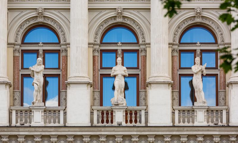 Justizpalast in Wien, Außenansicht (Statuen)
