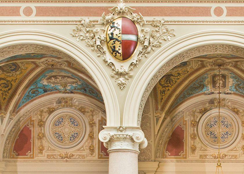 Illustration: Die Wappen in der Aula des Justizpalastes